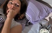 Junge Frau mit Schlafproblemen